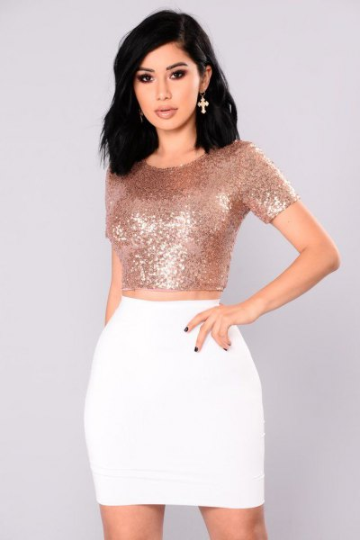 Crop top moulant en or rose avec mini-jupe blanche