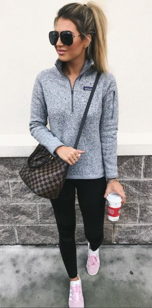 pull gris leggings noirs baskets blanches