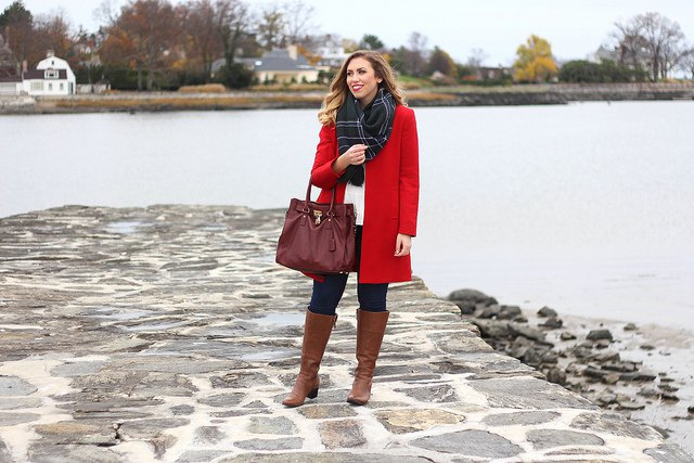 bottes en cuir marron long manteau en laine rouge vif
