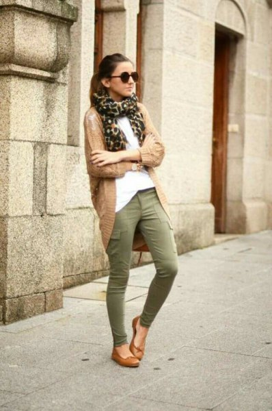 chemisier blanc et long cardigan camel