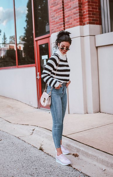 Pull à col montant avec jean skinny court et baskets blanches